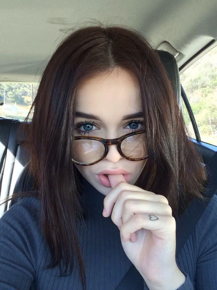 Poses para selfies que tienes que probar con tus anteojos