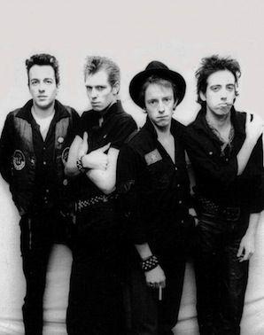 """Bugün halen dünyanın gelmiş geçmiş en iyi rock grupları arasında yer alan, şarkıları defalarca coverlanan topluluk The Clash'in en sevilen şarkıları tek bir albümde toplandı. İngiltere'de 70'li ve 80'li yıllar arasında doğan punk müzik akımının öncü gruplarından The Clash'in en sevilen şarkılarının yer aldığı 2 CD'lik """"Hits Back""""adlı toplama albümde, aralarında """"London Calling"""", """"Should I Stay Or Should I Go"""" ve """"Rock The Casbah"""" gibi efsane olmuş hitlerin olduğu 32 tane şarkı yer alıyor."""
