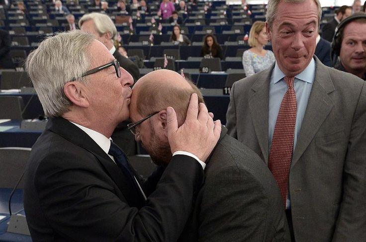 Jean-Claude Juncker kisses Martin Schulz on the forehead