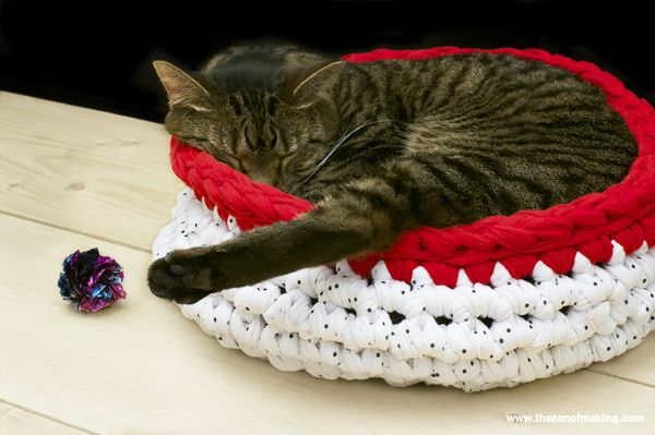 10 FREE Crochet Patterns For Your Cat My cats always sleep like this, with one leg sticking out lol!!!