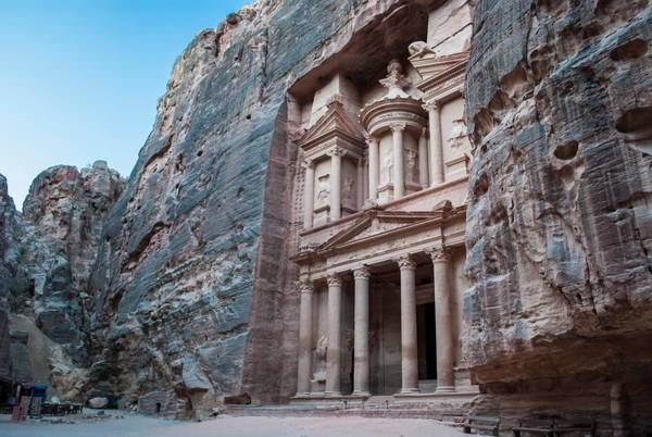 The Treasury – skatkammeret – er Petras ubetinget mest populære monument. På grund af det ikke helt retvisende navn har beduiner adskillige gange med geværer forsøgt at skyde hul på urnen i den øvre del af graven, hvorfor der kan ses flere skudhuller i klippen. Håbet var at skyde hul på urnen, så guld ville vælte ud. Det skete dog ikke – urnen er nemlig massiv klippe. Foto: Jesper Rise Børjesen