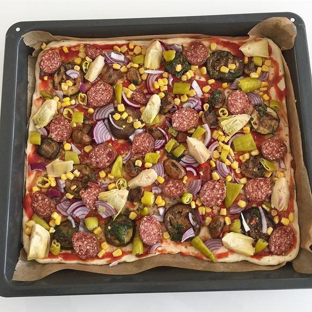 Bugün icin ne pisireceginizi düsünüyorsaniz bence pizza iyi bir fikir olabilir😋 Pizza tarifi Malzemeler:(3 tepsilik pizza hamuru) 1 adet küp yasmaya 1 cay bardagi ilik süt 2 su bardagi ilik su Yarim cay bardagi zeytin yagi 1 corba kasigi tuz Alabildigince un (yaklasik 5 su bardagi) Sosu icin:1 su bardagi kadar domates püresi 1 tatli kasigi kekik 1 cay kasigi tuz 1cay kasigi karabiber Diger:misir,mantar,sucuk,biber,izgara sebze,kuskonmaz vb evinizde bulunan malzemeler Rendelenmis kasar…