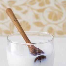 MASCHERA VISO NATURALEQuando la pelle è particolarmente secca o tagliata mescola qualche cucchiaio di miele stemperato con yogurt bianco, poi massaggialo sulla pelle asciutta oppure diretta