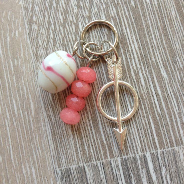 Bedel van vier 6*4mm roze jade, witte glaskraal met roze en gouden strepen en een meten pijl. Van JuudsBoetiek, €2,50. Te bestellen op www.juudsboetiek.nl.