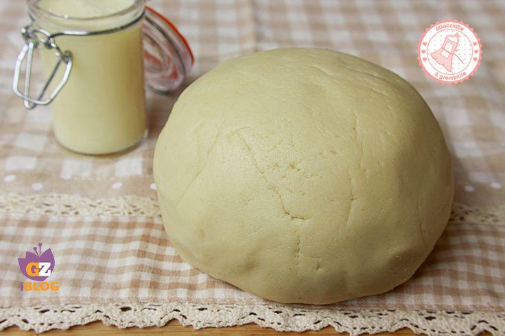 La pasta frolla al latte senza uova è una ricetta per una frolla leggera e friabile perfetta sia per biscotti che per torte e crostate.