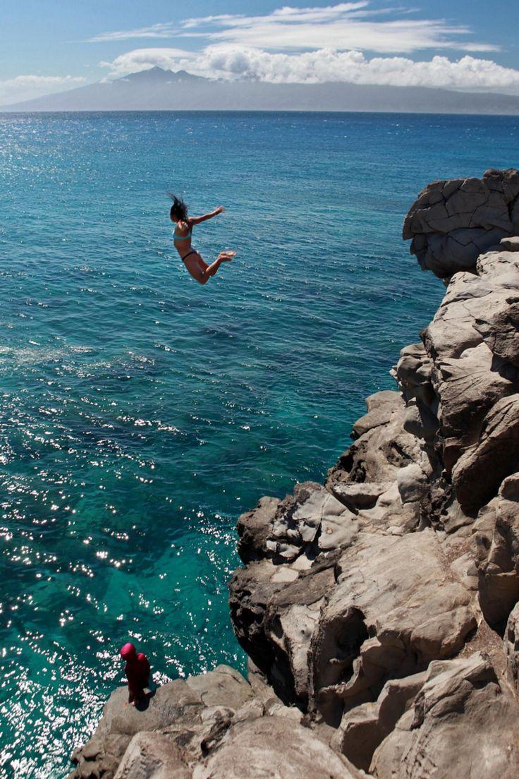 Девушка прыгает со скалы картинка