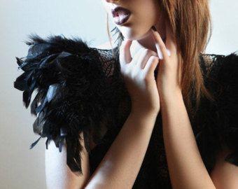 Charreteras de polipiel negra. Collar de encaje negro steampunk con charreteras enormes plumas iridiscentes perfectos para hombre ardiendo. 'Flora'