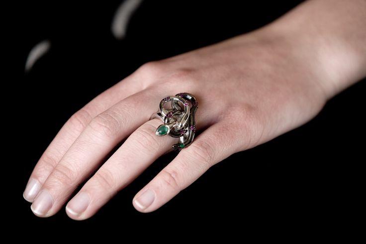 Anello argento, rodio, smeraldi e rubini