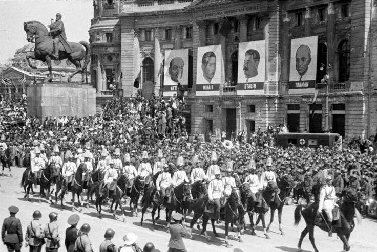 Manifestación del 23 de agosto de 1945. De señalar la presencia en los carteles de Lenin, Stalin, el rey Mihai I y Truman.
