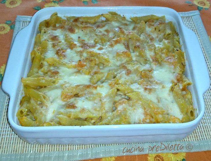 La pasta al forno con zucca è un piatto che mette tutti d' accordo. A chi non piace la pasta al forno? Questa ricetta è perfetta anche per chi non mangia...