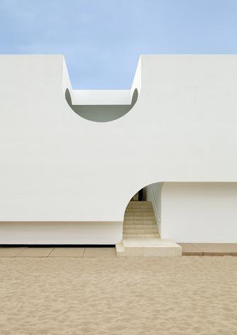 A stunning, silent silhouette. Vault House / Johnston Marklee