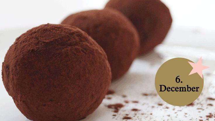 LCHF opskrift - chokoladekugler: Dadler er som bekendt ikke tilladt, når man lever efter low carb eller LCHF-principperne. Selv holder jeg dog af at lave mine lækkerier af naturlige ingredienser – og så sørger jeg for, at børnene spiser det meste.