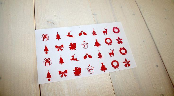 Vánoční samolepky SEVERSKÉ VÁNOCE Samolepky SEVERSKÉ VÁNOCE jsou jako stvořené pro zdobení vánočních přáníček, pohlednic, visaček či dárečků. Červenobílá barevná kombinace vypadá skvěle s minimalistickým stylem balení dárků. Rozměr samolepky: kruh (průměr 2,5 cm) Počet samolepek na archu: 28 ks Materiál: matný bílý papír