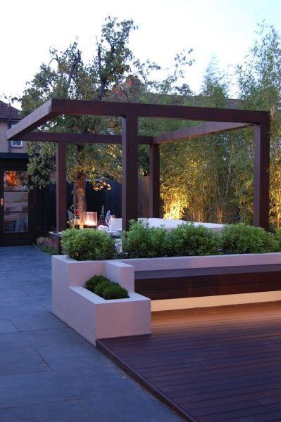 stolpverk med överliggare – rumsbildande Uppmurade växtbäddar, inbyggda bänkar. Dold belysning.