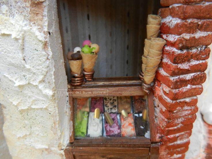 Gelateria (particolare) http://www.coppobuonricordo.it/ Tegole antiche decorate e dipinte a mano.