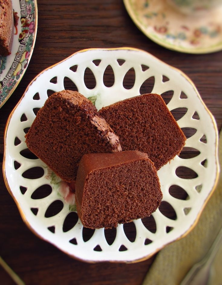 Simple chocolate cake | Food From Portugal. Do you love chocolate and want to prepare a simple and delicious cake? This chocolate cake is perfect for you, has excellent presentation and is very simple to prepare! Serve with tea or coffee in a snack among friends!