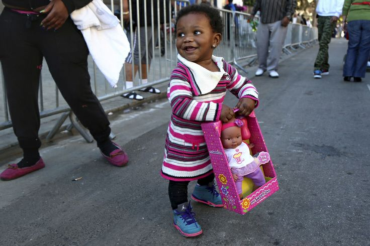 Le monde célèbre Noël Dans un centre de charité de Los Angeles
