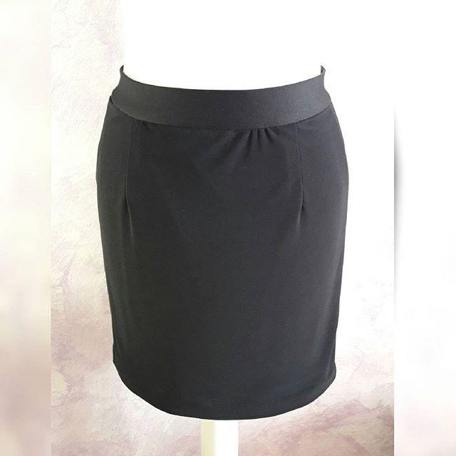 Un indumento che non può mai mancare in ogni armadio di una donna? ⭐ Una gonna nera a tubino! ⭐ Questa in particolare è stata realizzata con tessuto elasticizzato. 🇮🇹 A garment that can never miss in any wardrobe of a woman? ⭐ A black skirt! ⭐ This in particular has been realized with a stretch fabric. 🇺🇸 #creativaconagoefilo #gonna #skirt #handmade #fattoamano #italiangirl #madeinitaly #creazioni #creativity #fashiondesign #italianstyle #custommade #sumisura #style #instastyle #stylish…