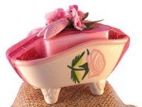 W skład zestawu wchodzi przepięknie zdobiona ceramiczna mydelniczka w kształcie wanienki w stylu shabby chic oraz z różane mydełko marsylskie.