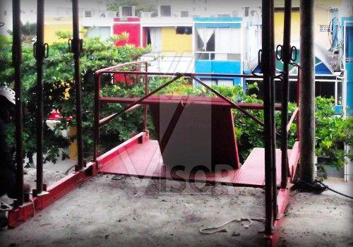 La utilización de plataformas de descarga por fachada en cualquier obra o construcción resulta imprescindible como elemento de seguridad.