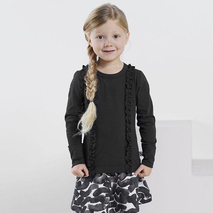 FRILLA pusero, musta | NOSH verkkokauppa | Tutustu nyt lasten syksyn 2017 mallistoon ja sen uuteen PUPU vaatteisiin. Ihastu myös tuttuihin printteihin uusissa lämpimissä sävyissä. Tilaa omat tuotteesi NOSH vaatekutsuilla, edustajalta tai verkosta >> nosh.fi (This collection is available only in Finland)