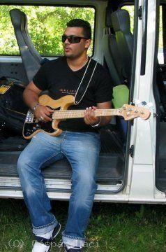 Zenészek és zenekarok szállításában is jártasak vagyunk!  http://www.lacibusz.hu/zenekar-szallitas