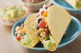 Les haricots noirs se mélangent à l'oignon et au maïs dans ces tacos végétariens tout à fait nourrissants, garnis de laitue iceberg, de tomates et de fromage rapé. Un régal!