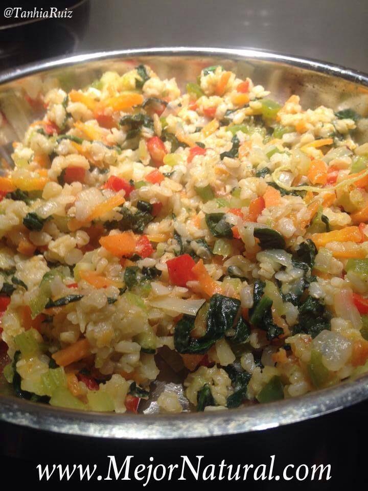 Ingredientes: 1 taza de arroz integral cocido 1/4 cebolla finamente picada 1/2 tallo de apio finamente picado 1/2 pimiento morrón rojo finamente pica