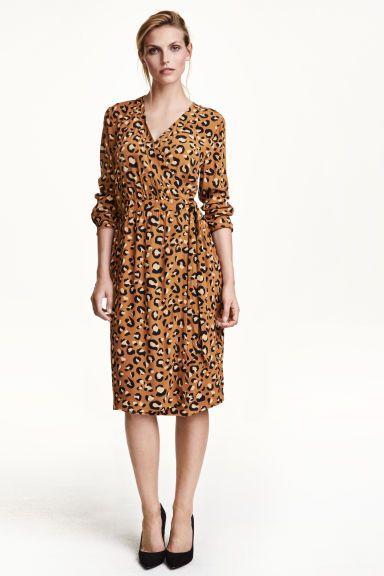 Kopertowa sukienka z krepy: Sukienka z krepowanej tkaniny z dekoltem w serek. Kopertowy przód z krytym zapięciem, długi rękaw z patką i guzikiem. W talii wszyty pasek do wiązania. Bez podszewki.