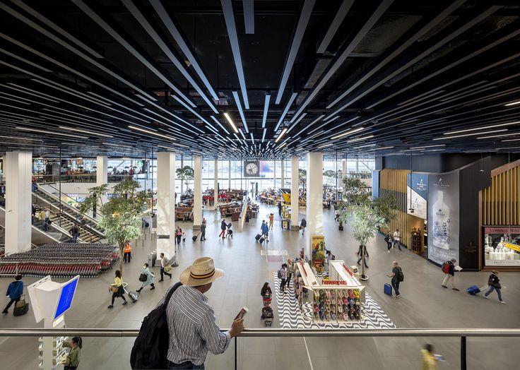 De vernieuwde Lounge 2 op Schiphol is vandaag officieel geopend. Tijdens de ingrijpende verbouwing, die in september 2014 begon, heeft Heijmans zowel de bouwkundige als ...