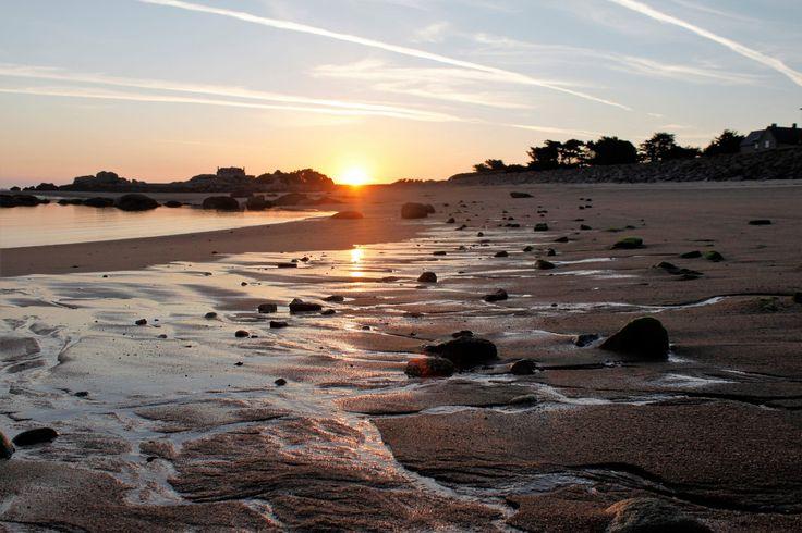 Trégastel entre chien et loup : Trégastel est l'une des plus petites communes des Côtes d'Armor. Entre Perros-Guirec et Pleumeur Bodou sur la Côte de Granit rose, elle offre douze plages de sable fin et de nombreux îlots pittoresques.