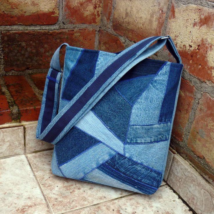 Džíska mozaika unisex Středně velká kabelka je ušita z nepravidelných kousků recydžínoviny v mnoha odstínech modré. Výsledkem je zajímavá mozaika, působící tak trošku retro. Kabelka je důkladně podlepená, dobře drží tvar, je uzavíratelná na pevný zip, Pevná džínová podšívka má 4 kapsy. Výška 30 cm, horní šířka 30 cm. Pevné dno má rozměr 6 x 23 cm, ucho ...