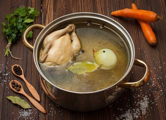 Die klare Hühnerbrühe ist einfach und schnell zubereitet. Sie dient als Grundbasis für zahlreiche Suppen und viele andere Gerichte - simples Rezept!