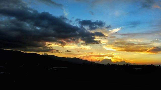 Cómo no enamorarse de ésto??? / How do not fall in love with this?? #alejandrocamposphotography #sunset #costarica #sky #clouds #amazed #instagram #instacool #instasunsets #inlove #digital_life #photography #landscapephotography #contrast