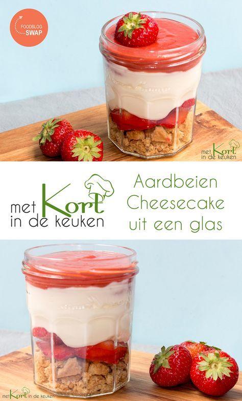 Recept voor een Aardbeien Cheesecake uit een glas. Wat heb je nodig voor 4 desserts: 6 koekjes 200 gram roomkaas 100 gram slagroom 1 eetlepel vanillesuiker 1,5 eetlepel suiker 300 gram aardbei 4 eetlepels aardbeiencurd