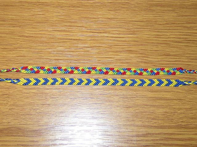2 friendship bracelets from 8 cotton embroidery flosses.  2 náramky přátelství z 8 bavlnek.     Tips and recours|es on meeting men. learn more at www.soulmatesandfriends.com