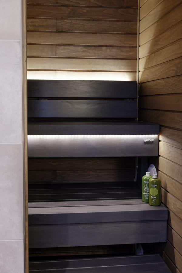 detaljee+24+sisustussuunnittelu+sisustussuunnittelija+interiordesigner+helsinki+pääkaupunkiseutu+kotisuunnittelu+sauna+musta+harvia+seinäpaneelit+valaistus
