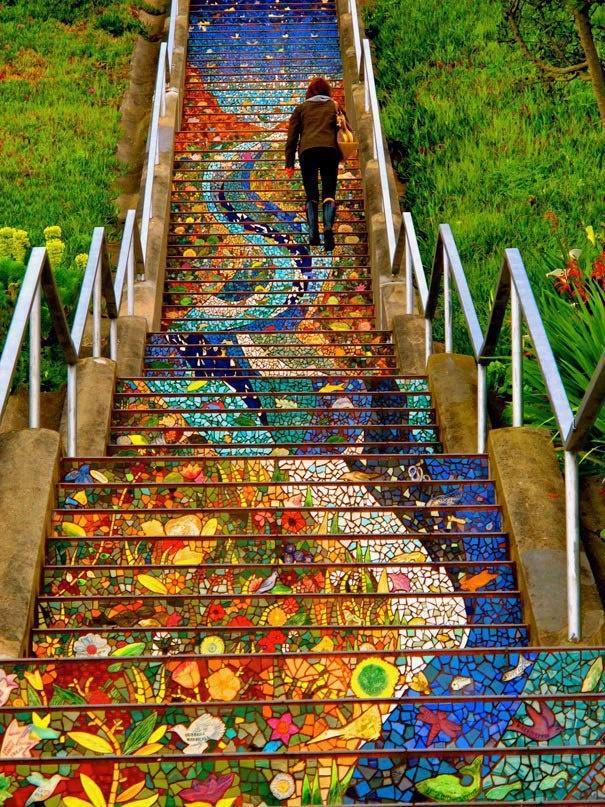 Otro ejemplo de escaleras decoradas. Pero esta vez, podemos hacer un dibujo en papel continuo, pintarlo entre todos, después cortarlo en tiras y colocarlo en las escaleras, parecido a la imagen.