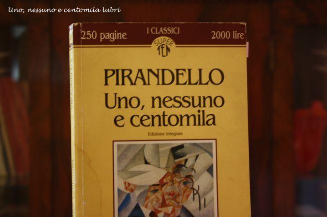 Uno, nessuno e centomila di Luigi Pirandello fa parte del mio elenco di Grandi Libri. Scopri qui gli altri: https://unonessunocentomilalibri.wordpress.com/2015/03/27/10-grandi-libri-di-cui-non-puoi-fare-a-meno-di-innamorarti/