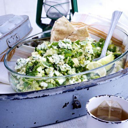 Gurken-Couscous-Salat mit Minz-Frischkäse Rezept Salz  5 EL   Olivenöl   250 g   Couscous   25 g   Butter   1/2 (ca. 200 g)  Salatgurke   150 g   Lauchzwiebeln   200 g   Römersalatherzen   1/2 Bund   Pfefferminze   2   Limetten       Pfeffer  1/4 TL   Kreuzkümmel   200 g   körniger Frischkäse (20 % Fett)