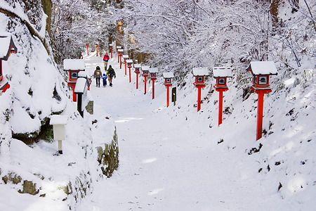 Caminho entre o Santuário Kazuraki e o Rolar Horinji, no Monte Kumgang, assinalado por lanternas vermelhas. A montanha é considerada sagrada. Província de Osaka, Japão.