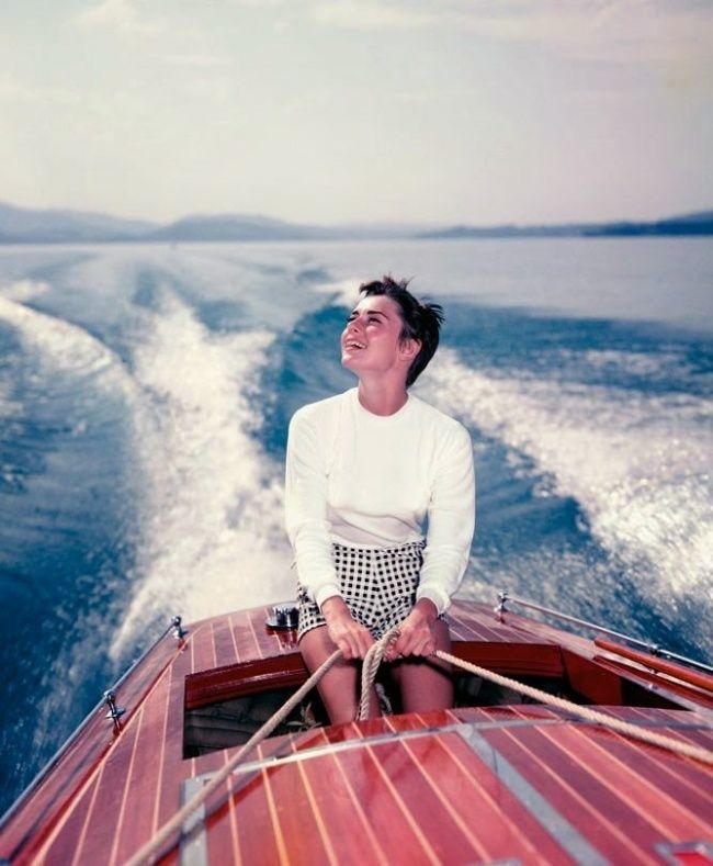 На лодке на озере Бюргенсток в Швейцарии. Фотограф: Ганс Гербер. Август 195