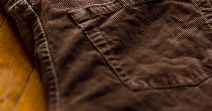 O que usar com calças de veludo. Calças de veludo, sejam para homens ou mulheres, são uma escolha inteligente quando você está à procura de conforto, aconchego e estilo. Como o veludo é mais grosso do que outros tecidos usados para fazer calças, ele dura mais tempo do que muitos materiais concorrentes. As calças feitas de veludo podem ser adquiridas em uma variedade de cores. ...