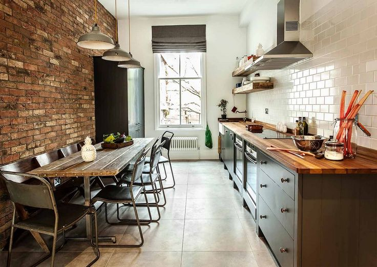 KUCHNIA W STYLU RUSTYKALNYM - Aranżacja kuchni w stylu rustykalnym to nie tylko drewniane blaty i półki. Warto wzbogacić wnętrze o dodatki ze stali nierdzewnej i mosiądzu.