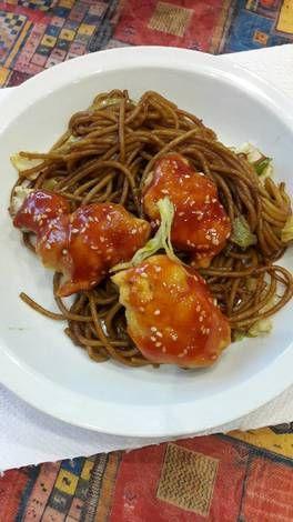 Kínai szezámmagos csirke pirított tésztával
