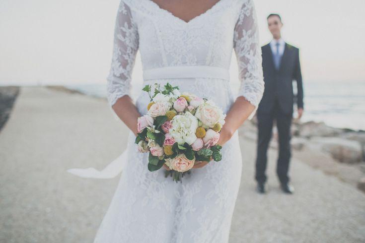 Colori freschi ed estivi per un matrimonio di ispirazione bohémien a Marina di Ragusa, tra decorazioni delicate e le illustrazioni realizzate dalla sposa.