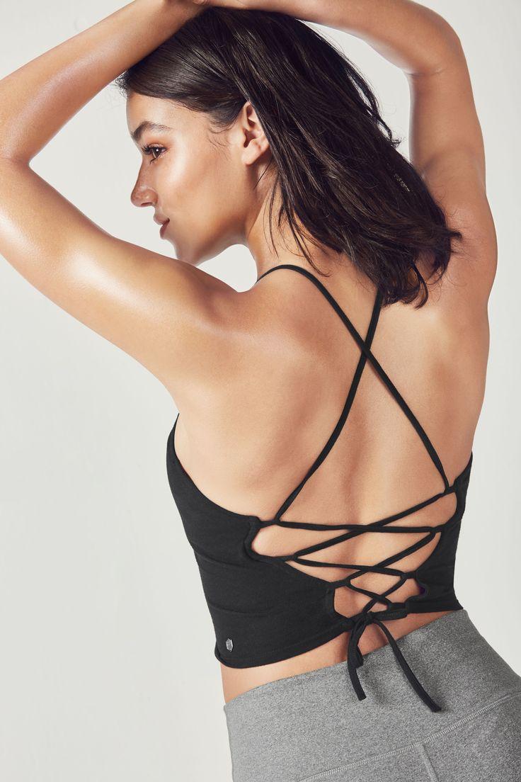 Wir haben Deinen sexy Sport-Style neu definiert! Entdecke das feminine Top mit offenem Rücken zur schmeichelhaften 7/8 Capri mit hohem Bund.