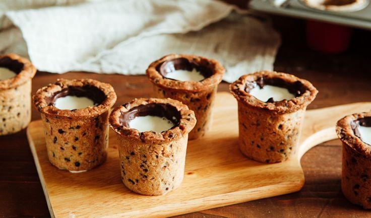 クッキーショットの作り方 ドミニクアンセルベーカリーが東京にオープンするまで待てない!という方向けにクッキーショットの作り方を紹介します◎ パーティなどで友人にクッキーショットを振る舞えば、盛り上がること間違い無しです! 【用意するもの】 ・無塩バター 240g ・キューブ型の氷 1個 ・小麦粉 300g ・ベーキングソーダ 小さじ3/4 ・塩 小さじ1 ・グラニュー糖 3/4カップ ・卵 2個 ・バニラエッセンス 小さじ2 ・ブラウンシュガー 大さじ2 ・細かく刻んだチョコレート 240g 1 溶かしたバターに氷を入れ、やや冷ますべく混ぜておきます。そこへブラウンシュガーを入れ混ぜ、なじんだら卵を入れまた混ぜます。最後にふるった小麦粉・ベーキングソーダ・塩・バニラエッセンスを入れ、再びよく混ぜておきましょう。 2細かく刻んだチョコレートを1に混ぜ込んだら、生地の完成です。 3ここで「ワインのコルクにアルミホイルを巻きつけたもの」、を制作しましょう。これが、グラスのかたちのクッキーを作るための、キーポイント。 4…