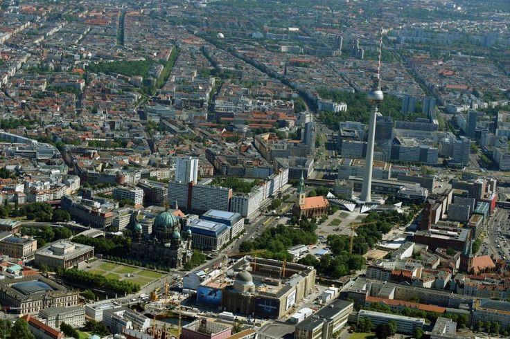 Luftbild Berlin - Umgestaltung des Schlossplatz durch die Baustelle zum Neubau des Humboldt - Forums in Berlin - Mitte