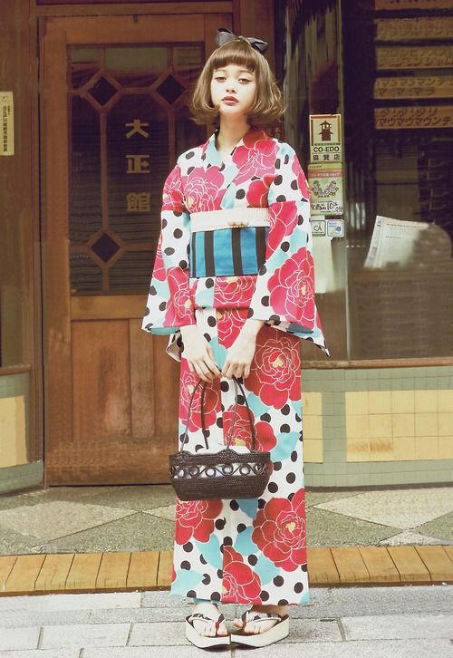 On this top photo I am a fan of tying the obi in a ribbon that hangs over the front. This gives some movement to the garment. The trouble is...